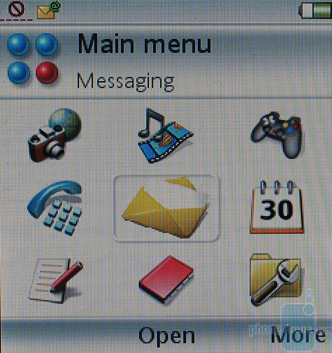 Sony Ericsson P990i - Главное меню с закрытым флипом