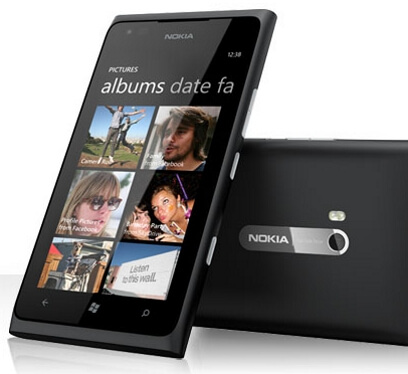 Nokia Lumia 900 со стартовым экраном от WP8