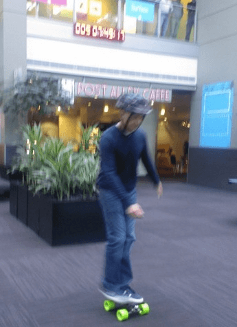 Стивен Синофски верхом на планшете Surface