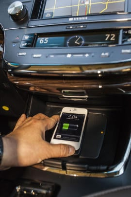 Toyota Avalon 2013 с функцией индукционной зарядки смартфонов