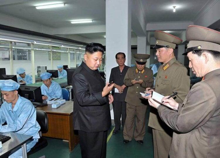 kim-inspects-north-korea-smartphone