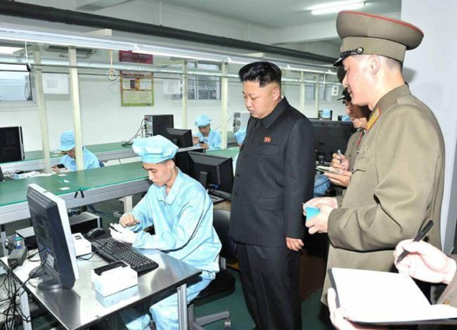 kim-inspects-north-korea-smartphone_2