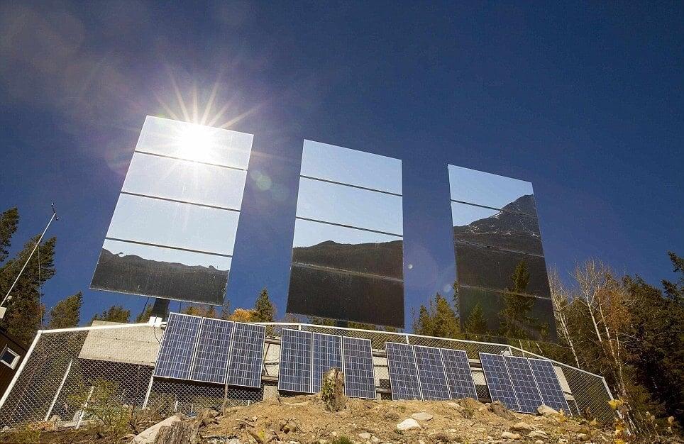 Зеркала, отражающие солнечные лучи на городок Рьюкан