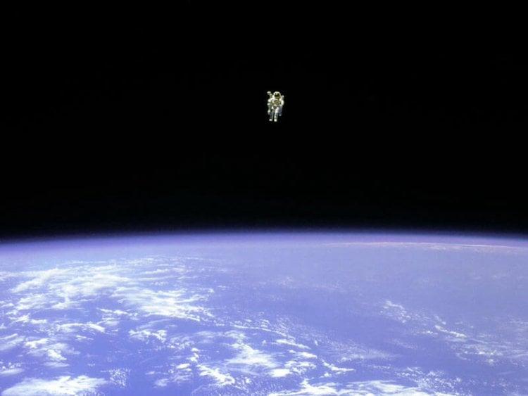Брюс МакКэндлесс в открытом космосе