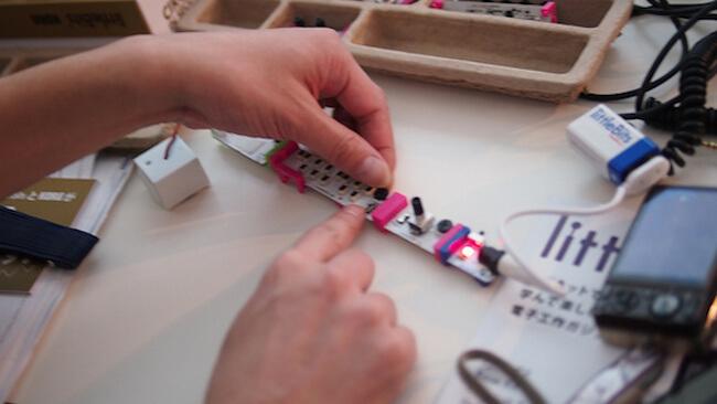 Все это выглядит со стороны,  как конструктор Lego, но только для любителей сочинять музыку