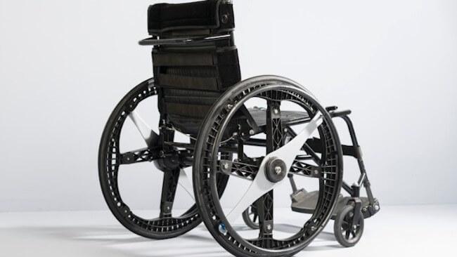 Способность колеса трансформироваться из большого в малое позволяет использовать все преимущества большеразмерных кресел-каталок