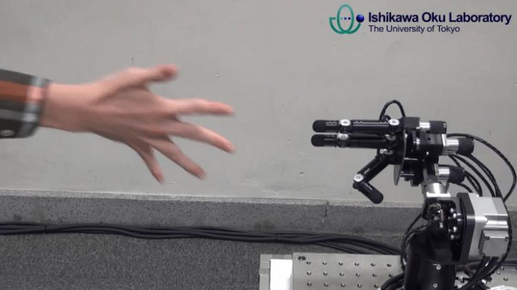 Робот, играющив в камень ножницы бумага
