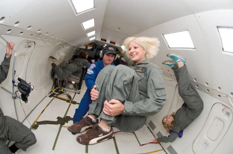 Астронавты в условиях микрогравитации