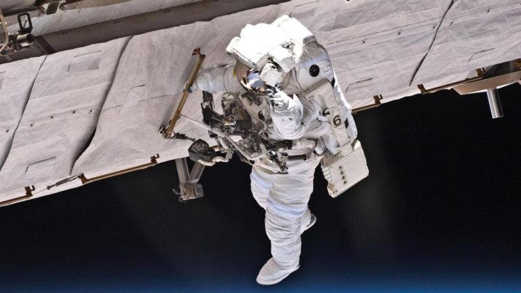 установлен рекорд пребывания в открытом космосе