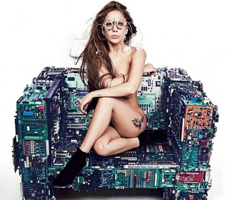 Леди Гага на кибер-кресле
