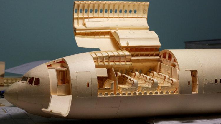 Boeing 777-300 ER, выполненный целиком из картона