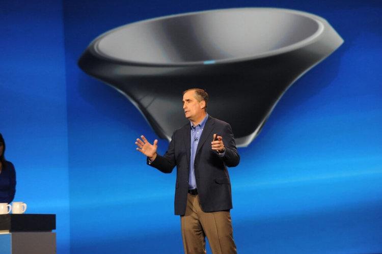 Брайан Кржанич на фоне изображения «беспроводной миски»