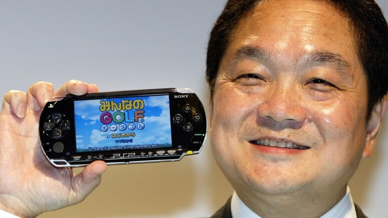 Кен Кутараги демонстрирует PlayStation Portable журналистам