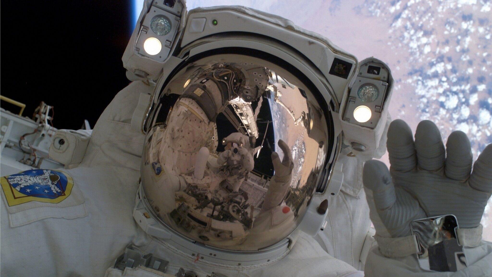 Зачем астронавтам скафандр (3 фото)