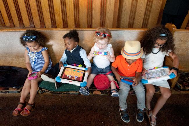 Дети с планшетами