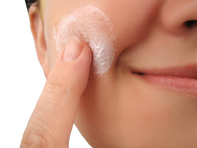 Нанесение крема для лица