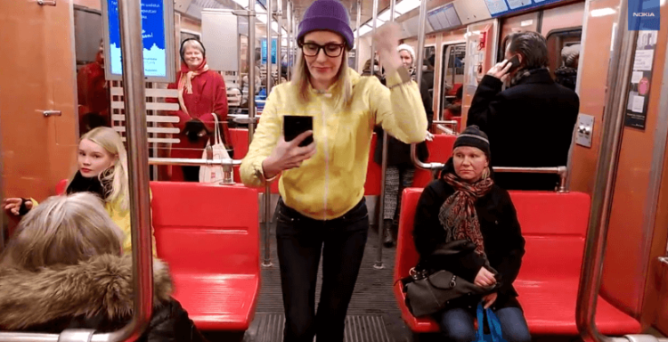 Девушка со смартфоном Nokia