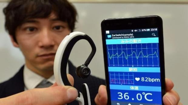 japanese_researchers_testing_earclip_type_wearable_pc_prototype