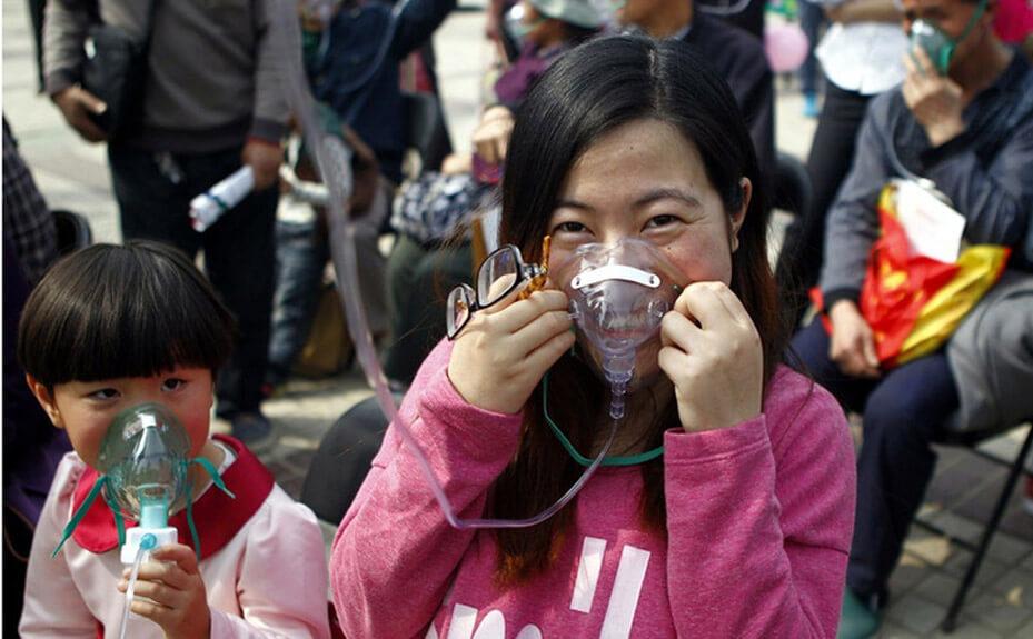 Китайцы дышат горным воздухом из пакетов
