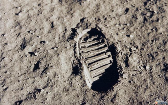 След Нила Армстронга на Луне