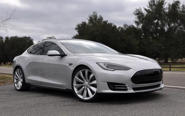 Tesla защитит автомобили от возгорания