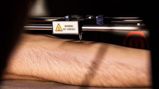 Робот, печатающий тату