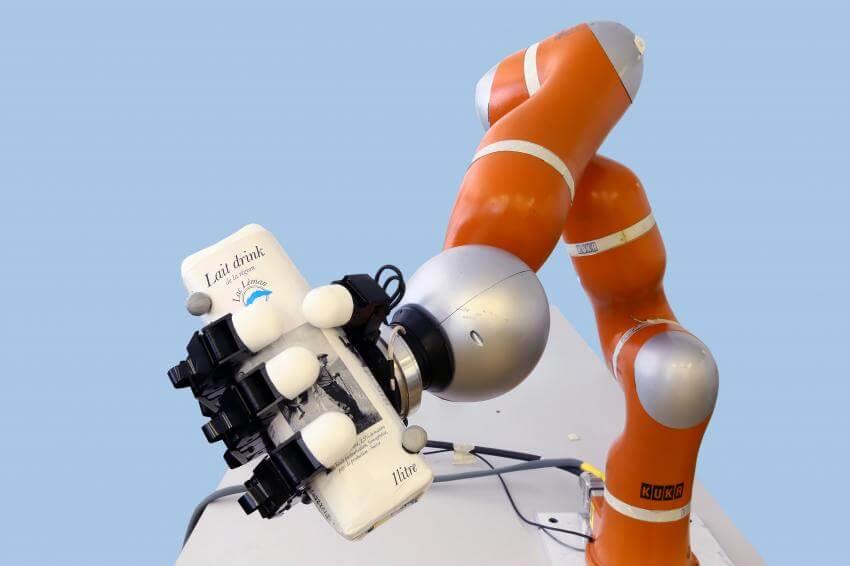 Роботизированная рука ловит предметы