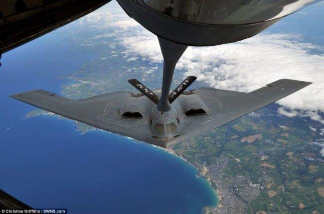 фото дозаправка американского бомбардировщика b-2 европой