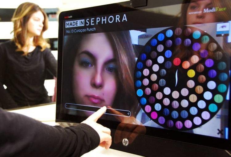 Зеркало дополненной реальности позволит девушкам мгновенно увидеть макияж на своём лице