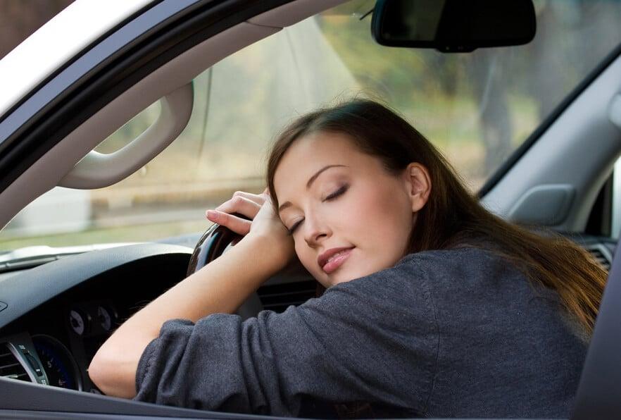 Управление автомобилем после менее 5 часов сна так же опасно, как сесть за руль пьяным, — The Telegraph