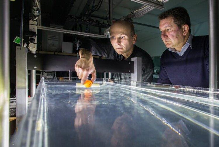 Ученые заставили предмет двигаться против волны