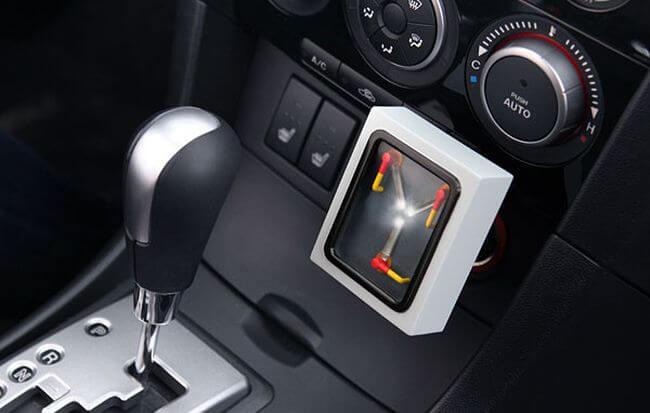 Автомобильная USB-зарядка прямиком из фильма «Назад в будущее»