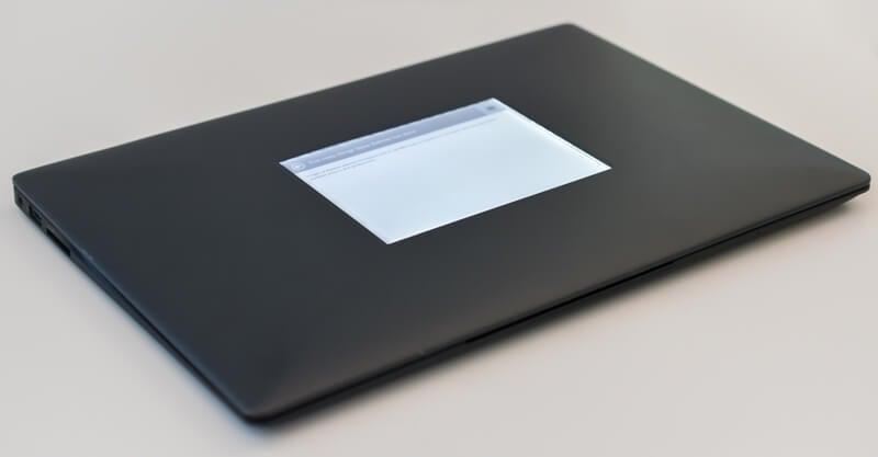 Intel показала ноутбук с дополнительным E-Ink-экраном