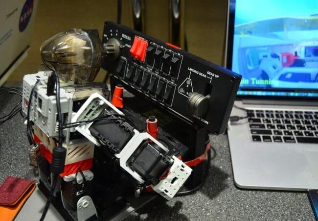 Робот управляет самолетом