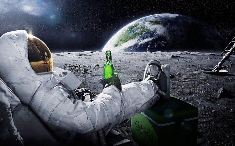 Космонавт с бутылкой пива