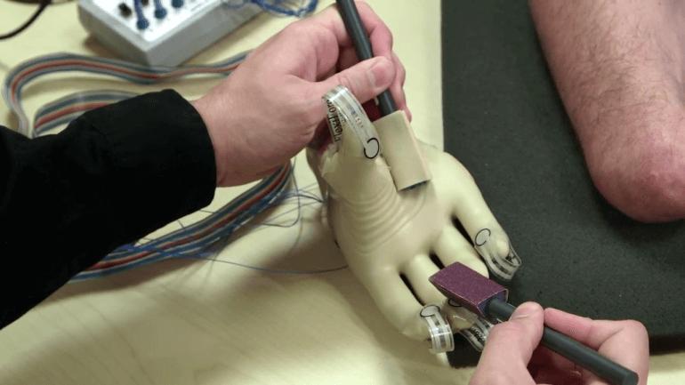 Создан тактильный протез руки