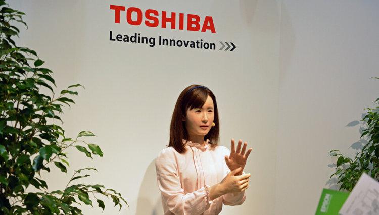 Новый робот компании Toshiba умеет изъясняться на языке жестов