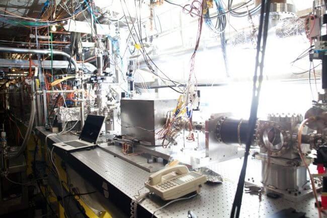 Новая технология позволяет ускорять частицы на предельно коротких дистанциях