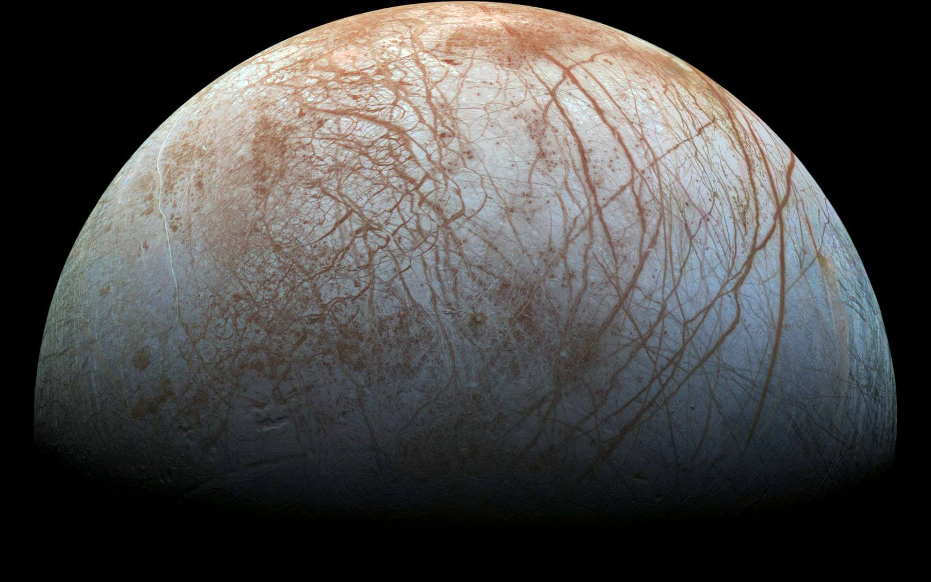 Удивительная фотография поверхности шестого спутника Юпитера
