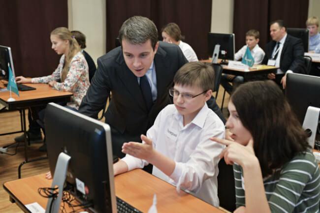 Николай Никифоров со школьниками