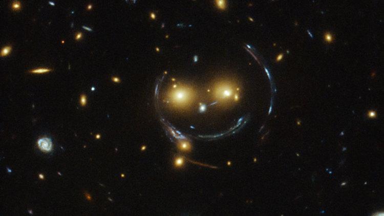 Вот как на самом деле выглядит гравитационная линза