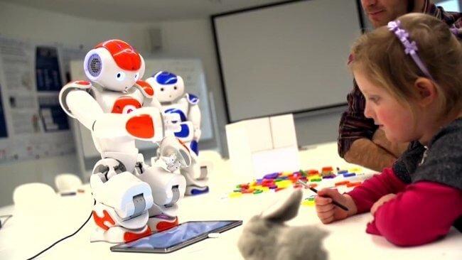 Ребенок учит робота писать