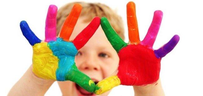 Ребенок с разукрашенными руками