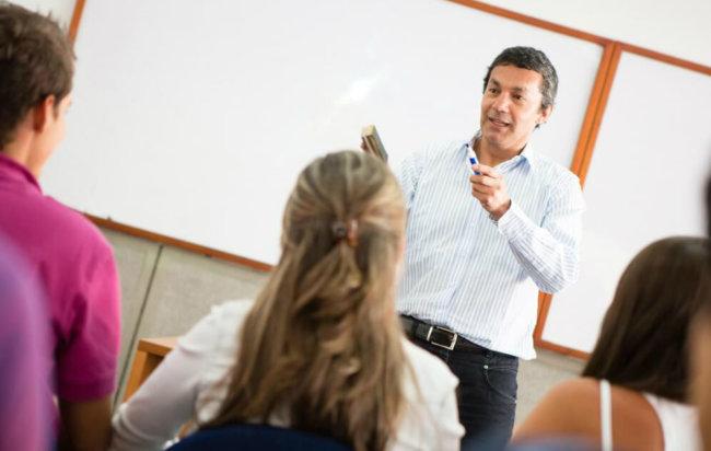 Преподаватель у доски