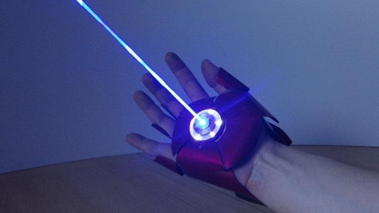 Энтузиаст создал перчатку Железного человека, стреляющую лазером