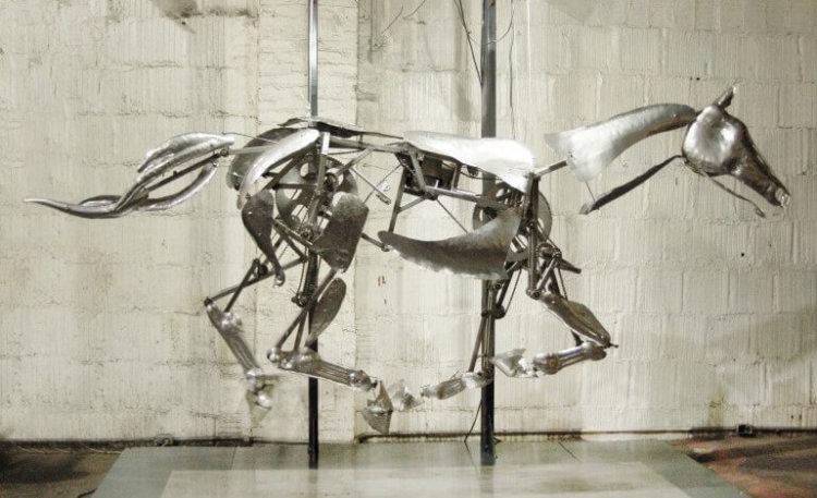 Художник создал удивительную механическую скульптуру лошади