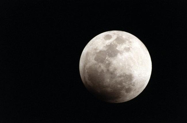 Почему  такое скучное название у земной луны (2 фото)