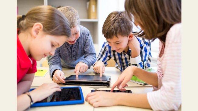 Дети используют планшеты