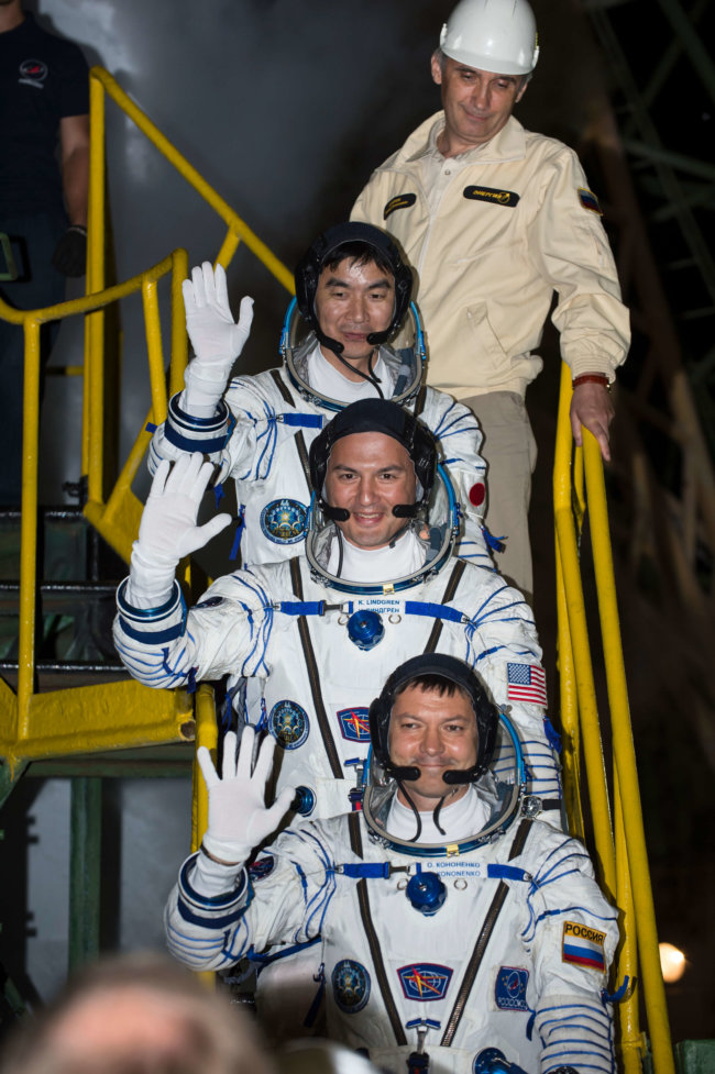 Expedition 44 Crew Wave