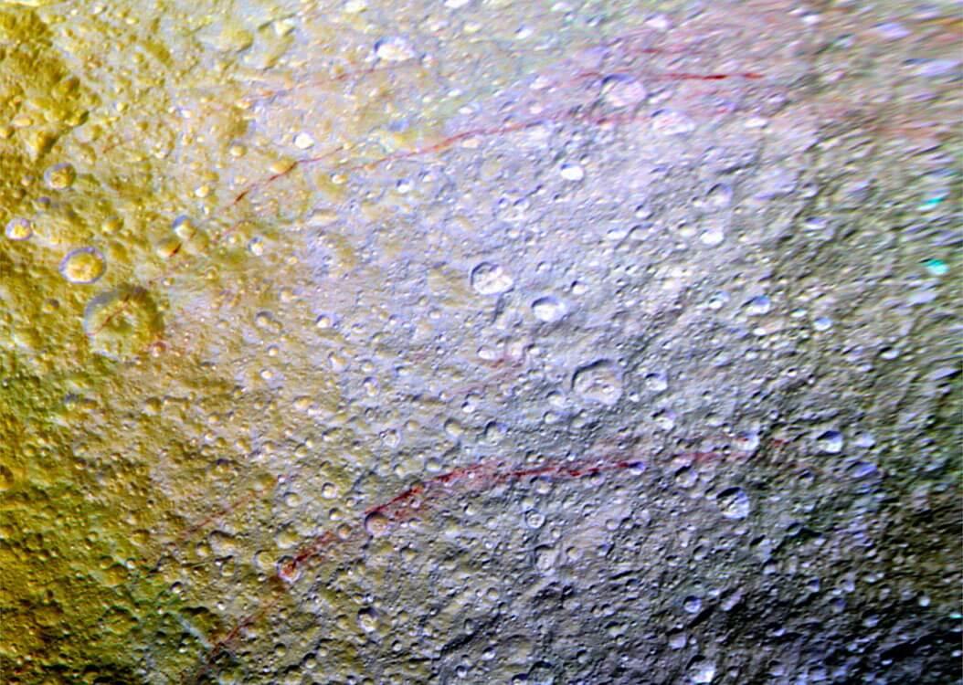На поверхности спутника Сатурна нашли необычные красные линии